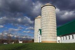 Granero de lechería en el cielo nublado Fotografía de archivo