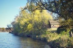 Granero de madera, bosque, lago Imagen de archivo libre de regalías
