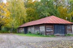 Granero de madera con el tejado rojo Fotos de archivo libres de regalías