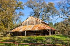 Granero de madera viejo con Rusty Tin Roof Overhang Fotografía de archivo libre de regalías