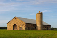 Granero de piedra - edificio rural retro Imagenes de archivo