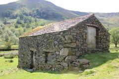 Granero de piedra viejo en paisaje Imagenes de archivo