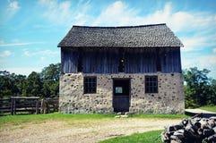 Granero de piedra y de madera Imágenes de archivo libres de regalías