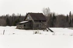 Granero dilapidado en una escena del invierno Fotografía de archivo