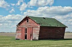 Granero dilapidado, resistido y abandonado del país Imagen de archivo