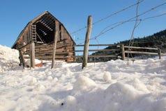 Granero dilapidado y abandonado en invierno Fotos de archivo