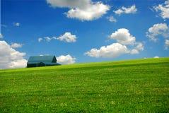 Granero en campo de granja Imagen de archivo libre de regalías