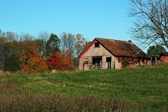 Granero en campo del otoño Fotografía de archivo