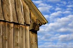 Granero en fondo del cielo azul Imagenes de archivo