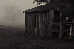 Granero en la niebla Fotografía de archivo libre de regalías