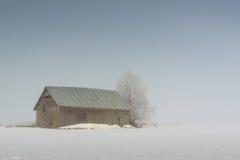 Granero en la niebla de la mañana Imágenes de archivo libres de regalías
