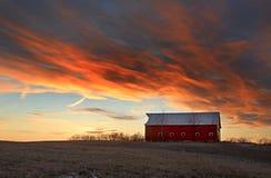 Granero en la puesta del sol Fotografía de archivo