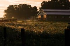 Granero en la salida del sol fotos de archivo