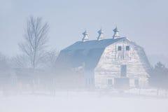 Granero en niebla del invierno Fotografía de archivo libre de regalías