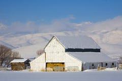 Granero en nieve Imagen de archivo libre de regalías