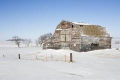 Granero en nieve. Fotos de archivo libres de regalías