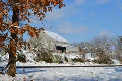 Granero en nieve detrás de vías del tren Fotografía de archivo libre de regalías