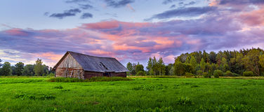 Granero en prado Foto de archivo libre de regalías
