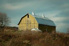 Granero envejecido a lo largo del lado del país del estado de NY Imagen de archivo libre de regalías