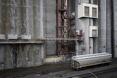 Granero industrial con el coche de tren de ferrocarril de la chamusquina Foto de archivo libre de regalías