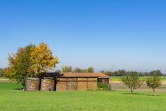 Granero por completo de los bloques de fuego, pedazos de madera A lo largo del camino romántico, Alemania fotos de archivo
