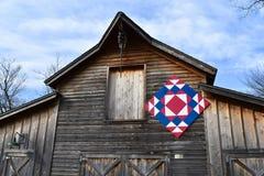 Granero rústico con el edredón de Amish imagenes de archivo
