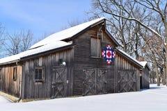 Granero rústico con el edredón de Amish en un día de invierno imagen de archivo