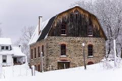 Granero rústico de la piedra y de madera en la nieve - tarde del invierno - Nueva York Foto de archivo