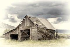 Granero rústico viejo del registro en Rocky Mountains fotografía de archivo libre de regalías