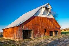 Granero rojo antiguo en Missouri rural Foto de archivo libre de regalías