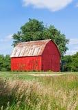 Granero rojo brillante Fotos de archivo libres de regalías