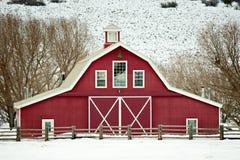 Granero rojo clásico en invierno Fotografía de archivo libre de regalías