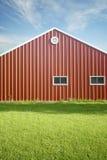 Granero rojo con el cielo azul y el gre Fotografía de archivo libre de regalías