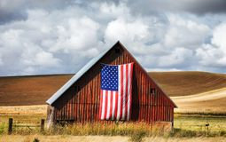 Granero rojo con la bandera americana Imagen de archivo