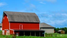 Granero rojo con las dependencias en Wisconsin foto de archivo libre de regalías