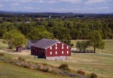 Granero rojo con las pistas de ferrocarril Foto de archivo