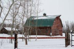 Granero rojo con un tejado verde de la lata Imágenes de archivo libres de regalías