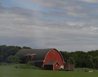 Granero rojo de Wisconsin con los campos verdes foto de archivo