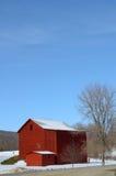 Granero rojo en campo del invierno y cielo azul arriba Fotografía de archivo libre de regalías