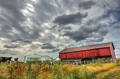 Granero rojo en campo durante otoño Imagenes de archivo