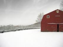 Granero rojo en invierno Fotos de archivo
