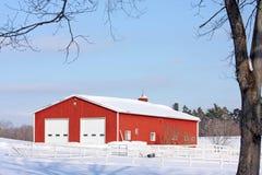 Granero rojo en la nieve, en el norte del estado NY Fotos de archivo libres de regalías