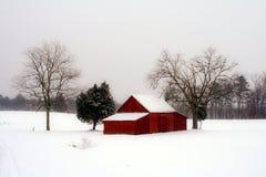 Granero rojo en nieve Imágenes de archivo libres de regalías