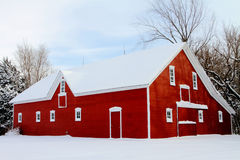 Granero rojo en nieve Imagen de archivo libre de regalías