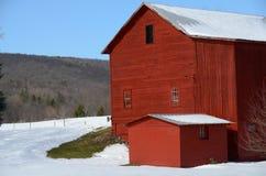 Granero rojo en primer del campo del invierno Imagen de archivo libre de regalías