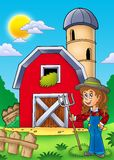 Granero rojo grande con la muchacha del granjero Imágenes de archivo libres de regalías