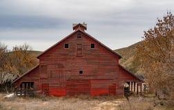 Granero rojo grande con una mirada hacia fuera en la cúpula Foto de archivo