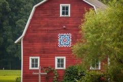 Granero rojo hermoso con el edredón del granero imagenes de archivo