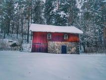 Granero rojo viejo en invierno fotografía de archivo