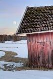 Granero rojo viejo en paisaje nevoso Fotografía de archivo
